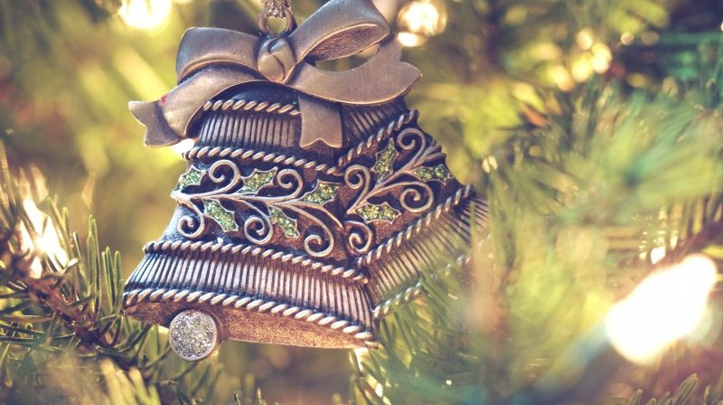 tree-decorations-bells-pine-tree-800x448.jpg